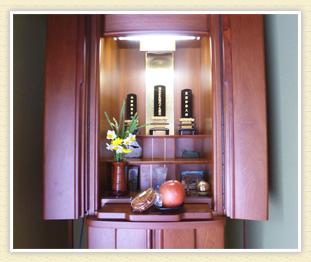 父のお仏壇のある部屋で母は裁縫